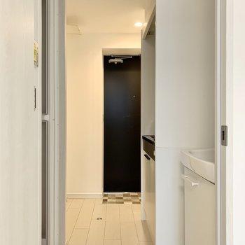 左手にバス・トイレ、右手に洗面台・キッチンがあります。※写真は4階の同間取り別部屋のものです