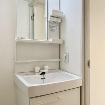 歯ブラシやコップを置きやすそう。※写真は4階の同間取り別部屋のものです