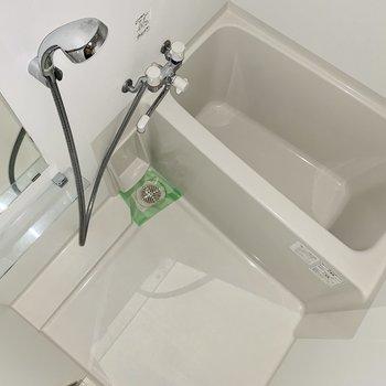 お風呂は清潔感があります。※ 写真は通電前のものです・フラッシュを使用しています
