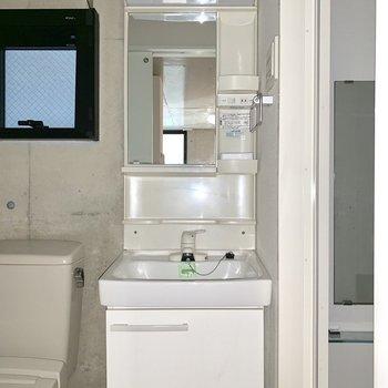 コンパクトな洗面台。※ 写真は通電前のものです・フラッシュを使用しています