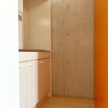 キッチンスペース。クローゼットで間仕切りを。