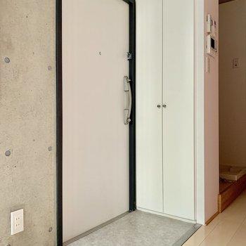 玄関はフラットでスムーズに居室に。