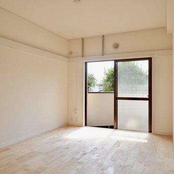 7.1帖洋室です。窓から植栽いいですね。