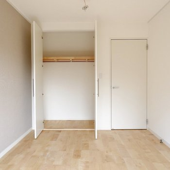 6帖洋室です。収納もたっぷり!