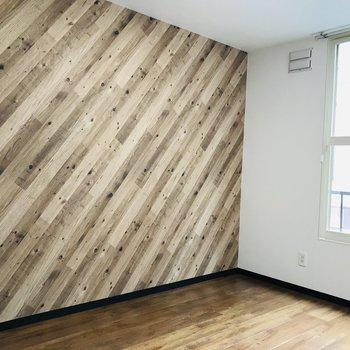 壁が木目調のアクセントクロスでおしゃれな雰囲気に◎