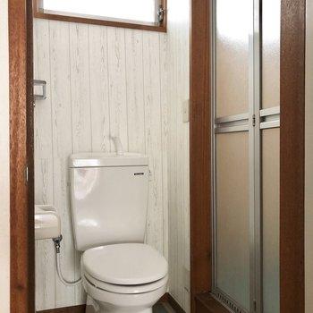 お風呂は扉で仕切れます。