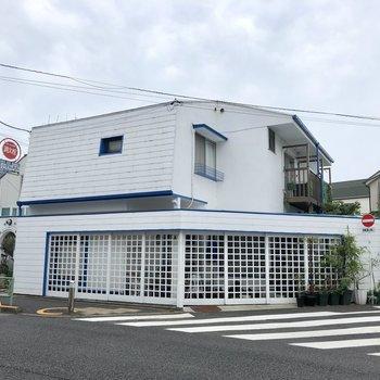 通りに面した建物です。
