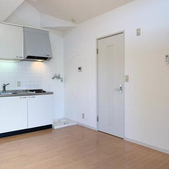 キッチン右に洗濯機置き場、横の扉がサニタリー