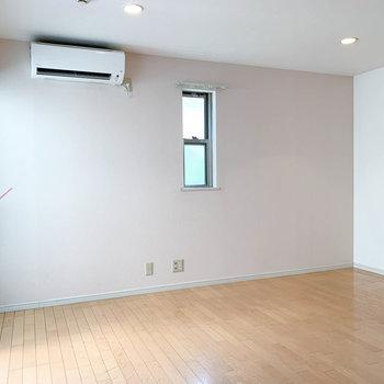 角部屋でもう一面にも小窓が。