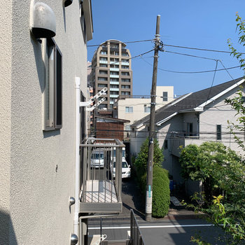 眺望は住宅街とお隣さんのベランダです。