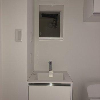 洗面台はミニマルなデザインがかわいいです。※写真は通電前のものです