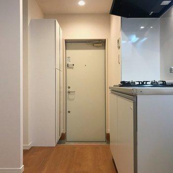廊下に洗濯機・冷蔵庫置き場があります