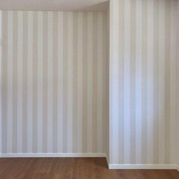 ストライプ柄には真っ白な家具を合わせたい