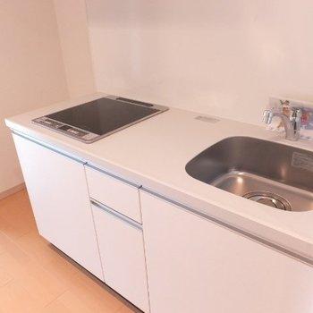 IH2口コンロ!キッチン後ろのスペースも広めです。※写真は4階の反転間取り別部屋のものです