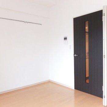 約6.9帖コンパクトなお部屋です。※写真は4階の反転間取り別部屋のものです