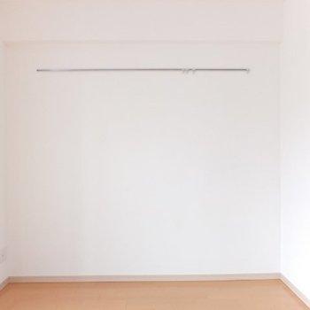 こちらの壁にはピクチャーレールがついています。※写真は4階の反転間取り別部屋のものです