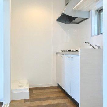 キッチン向かいに洗濯機置場。冷蔵庫置場はシンク側にあります。