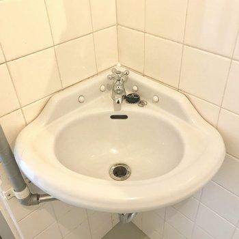 小さな手洗いにも、素敵な水栓がついておめかし。