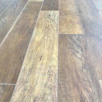 床はリアルな木目柄。北欧系のインテリアが似合いそう!