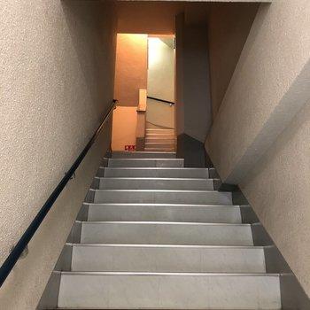 真っ直ぐ3階まで上がっていくとお部屋があります。