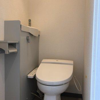 トイレは流すと横から水が出てくる仕様です。