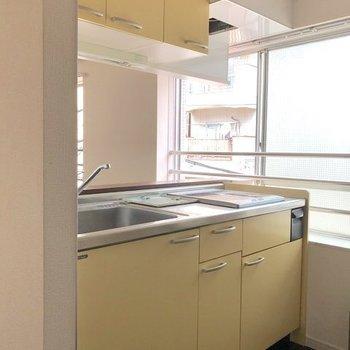 クリーム色で可愛いキッチン。
