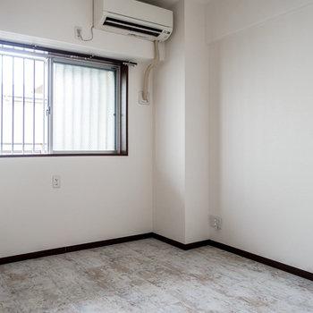【洋室 5帖】エアコンもありますし、こちらが寝室になりそう。※照明設置前