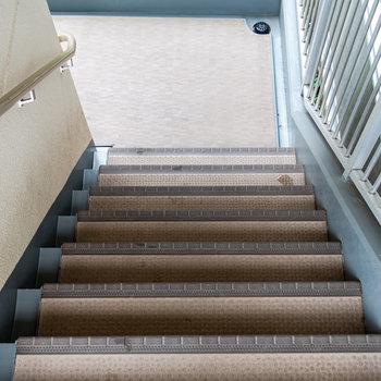 階段は広め。エレベーターに入らない大型家具を運ぶときはこちらから。