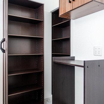 【LDK】背面には可動式の棚などがあります。