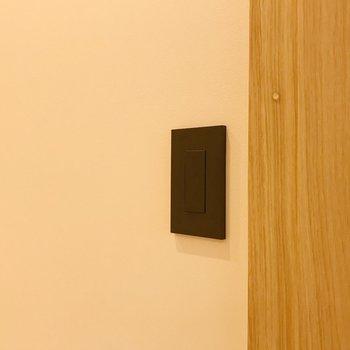 【デティール】電気スイッチとコンセントはブラックで統一されています。