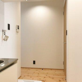洗濯機置き場もここに。右側の扉は、