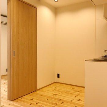 冷蔵庫は奥に。スペースにもゆとりあり。