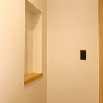 玄関ドア正面にあるくぼみ。鍵などを置いたり。
