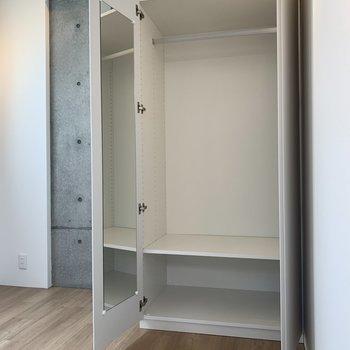【洋室】全身鏡付きの収納スペース