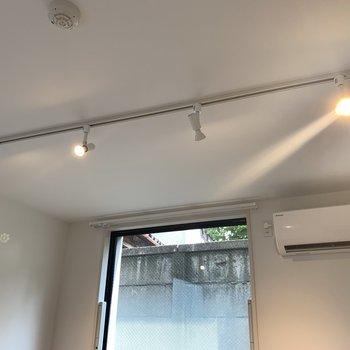 【洋室】照明もお部屋とマッチしています