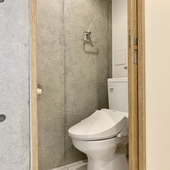 トイレまでもがコンクリート打ちっ放し!