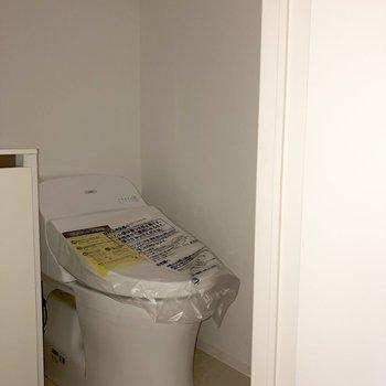 トイレは上に収納が。トイレットペーパーを入れておくと安心。※写真は通電前のものです