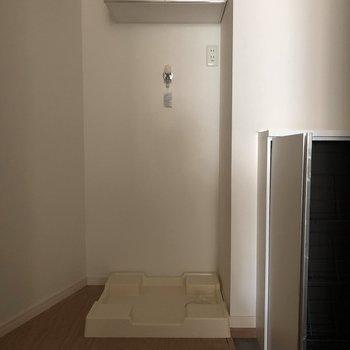 洗濯機の上には収納が。※写真は通電前のものです