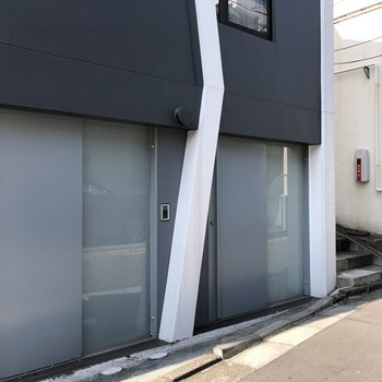 玄関を開けるとすぐに道路があります。お部屋は左のドアから