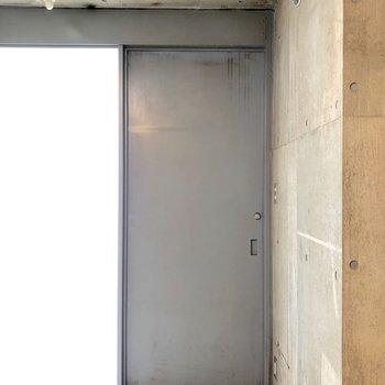 玄関は横へスライドして開けられます。