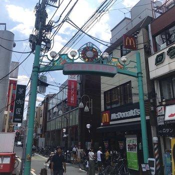 こちら野方駅前商店街! お昼は人で賑わっていました〜。
