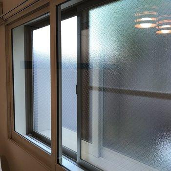 窓は複層ガラス仕様◎ 冷たい空気シャットアウト、温めた空気も外に逃げにくくなります♪