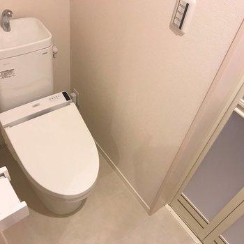 脱衣所とトイレが同じスペースにあります。掃除はこまめに!