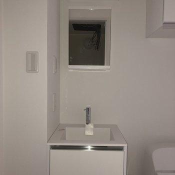 洗面台はミニマルなデザインがかわいいです。※写真は2階の同間取り別部屋のもの・通電前のものです