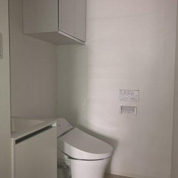 洗面台のすぐ横にトイレが。スムーズに手を洗いましょう。※写真は2階の同間取り別部屋のもの・通電前のものです