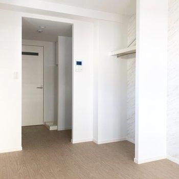 収納はオープンタイプなので、趣味のものを飾る場所にしてもいいですね。※写真は2階の同間取り別部屋のもの・通電前のものです