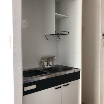 コンパクトなキッチン。てきぱき料理ができそう。※写真は2階の同間取り別部屋のもの・通電前のものです