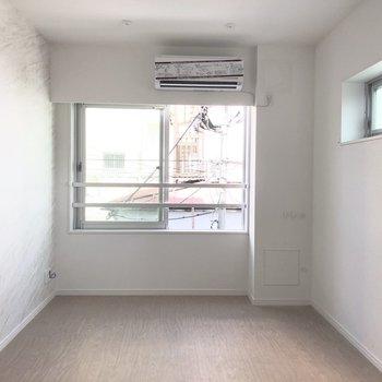 天井には物干し竿を掛けられるポールを取り付けられます。※写真は2階の同間取り別部屋のもの・通電前のものです