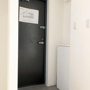 シューズボックスの上に靴べらや鍵を置いておくと便利そうですね。※写真は2階の同間取り別部屋のもの・通電前のものです