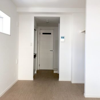 キッチンとの間に仕切りを作れば1Kのように使えます。※写真は2階の同間取り別部屋のもの・通電前のものです